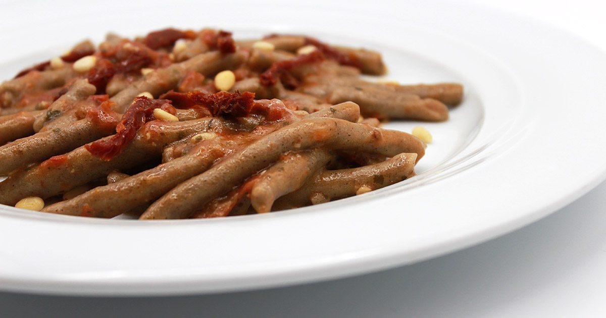 Matite di grano saraceno con pomodori secchi e pinoli
